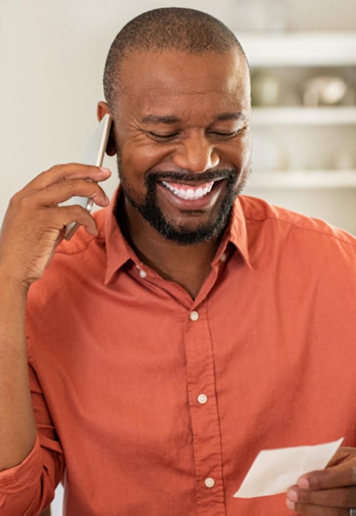 Rapaz solicitando os serviços da Brasnorte por telefone